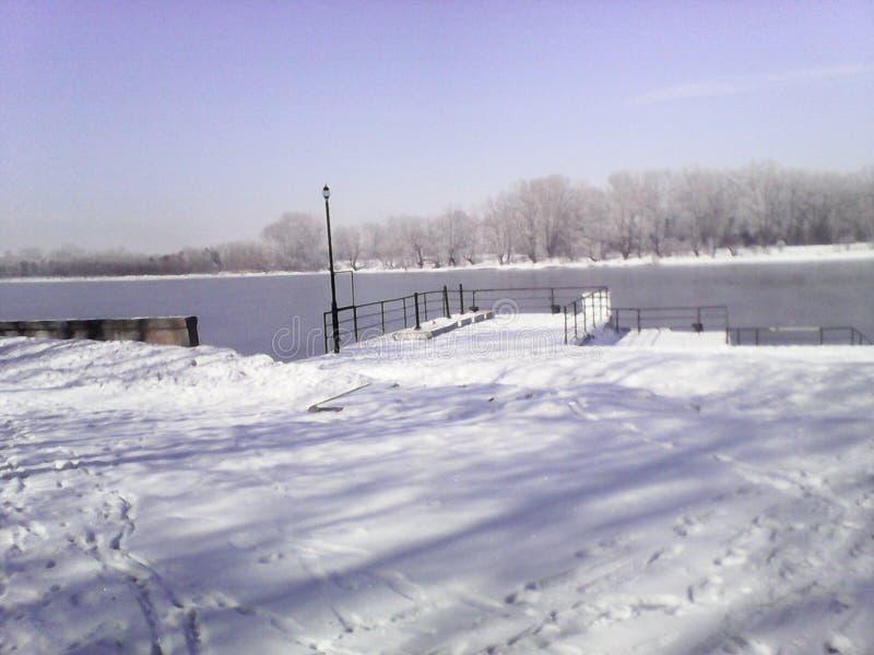 Port fluvial dans le village de Shushenskoye sur le fleuve Ienisseï image libre de droits