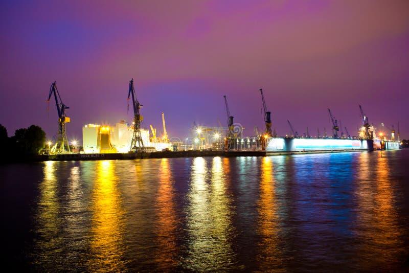 Port fluvial de mer ou dans la nuit images libres de droits
