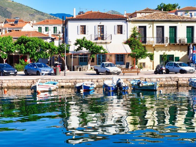 Port Front Viewand Blue Sky Reflected de Galaxidi dans l'eau calme, Gr?ce images libres de droits