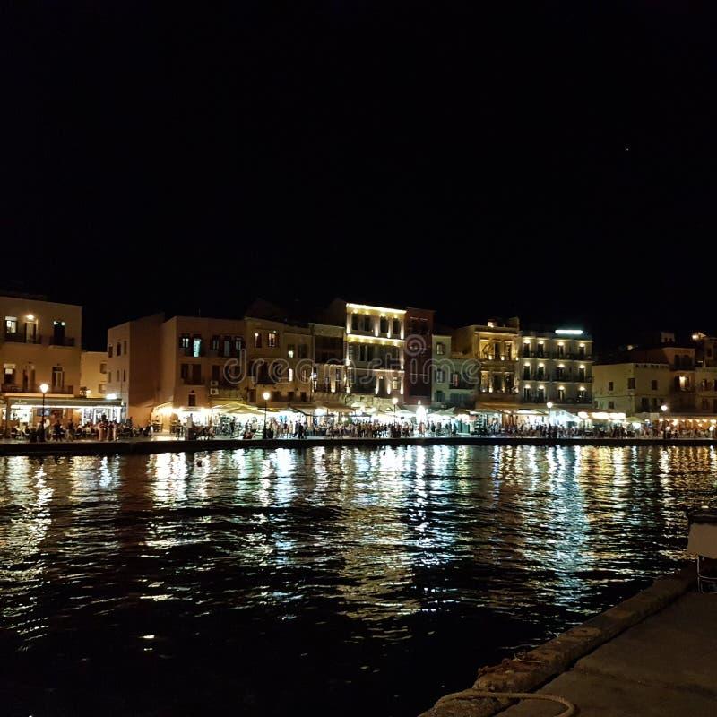 Port i Chania på natten royaltyfria bilder