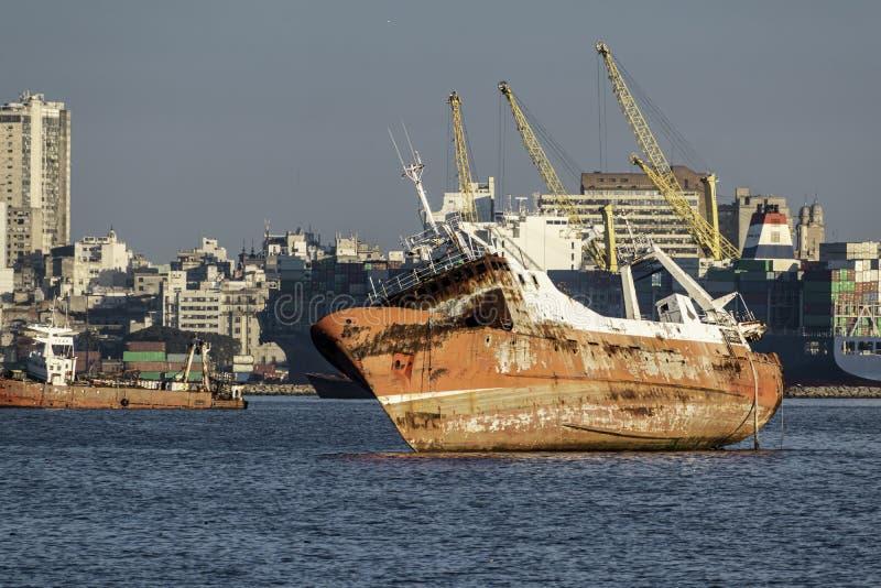 Port i fjärden av Montevideo med dess behållare och också förorening arkivfoton