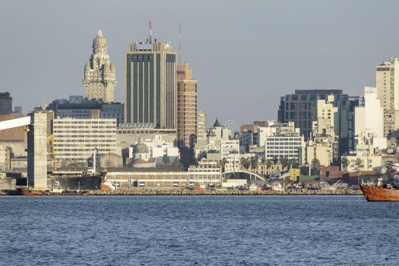 Port i fjärden av Montevideo med dess behållare och också förorening royaltyfria bilder