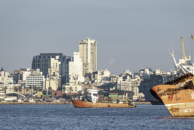 Port i fjärden av Montevideo med dess behållare och också förorening royaltyfri foto