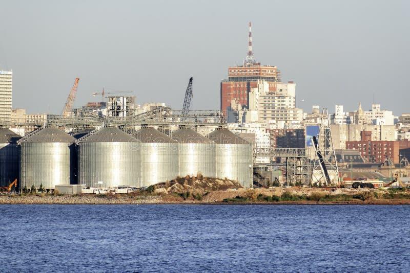 Port i fjärden av Montevideo med dess behållare och också förorening arkivfoto