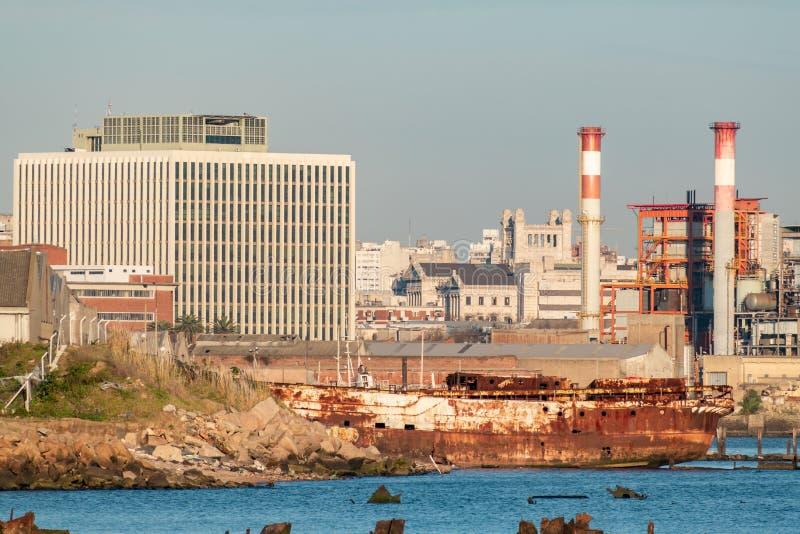 Port i fjärden av Montevideo med dess behållare och också förorening arkivbild