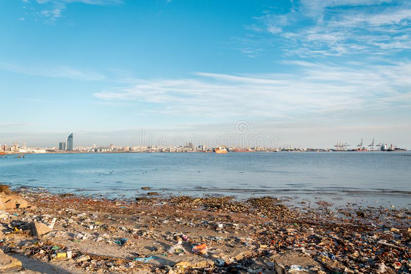 Port i fjärden av Montevideo med dess behållare och också förorening royaltyfri fotografi