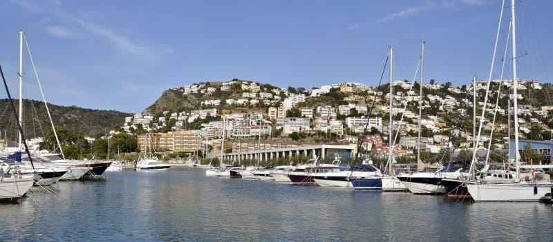 Port i miasteczko Róże w Hiszpania zdjęcie stock