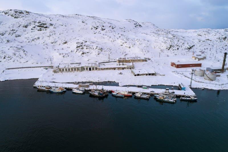 Port i Teriberka, morgon av Februari den flyg- granskningen Murmansk region, Ryssland fotografering för bildbyråer