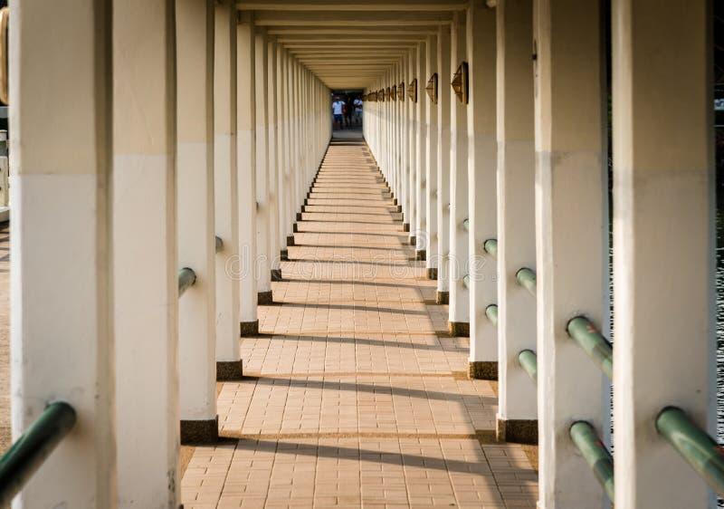 Port il corridoio, molte colonne e le ombre nel pomeriggio thailand immagini stock libere da diritti