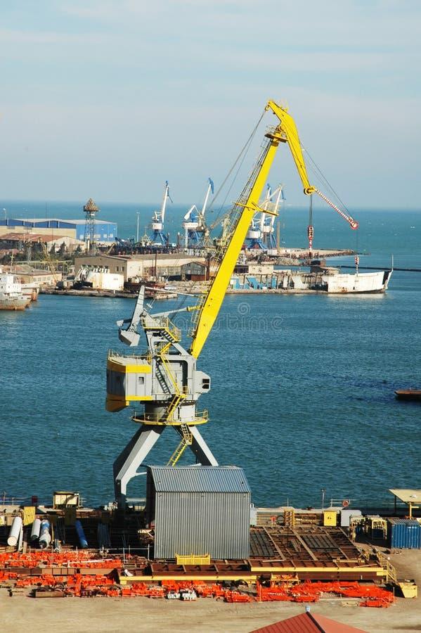Port industriel avec des grues image stock