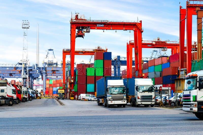 Port industriel avec des récipients dans la porcelaine images libres de droits
