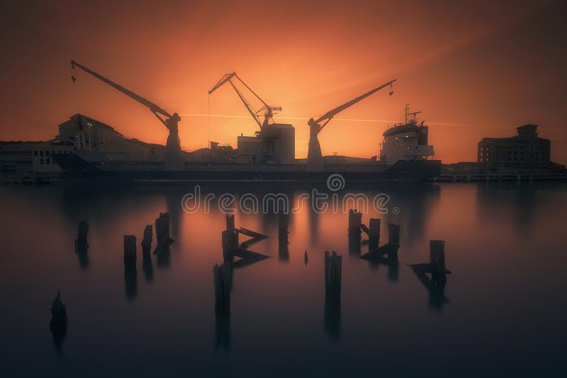 Port industriel avec le bateau et les grues dans Zorrozaurre photo stock