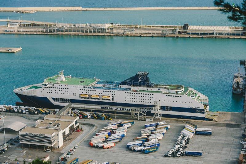 Port industriel de Barcelone, bateau de croisière images stock