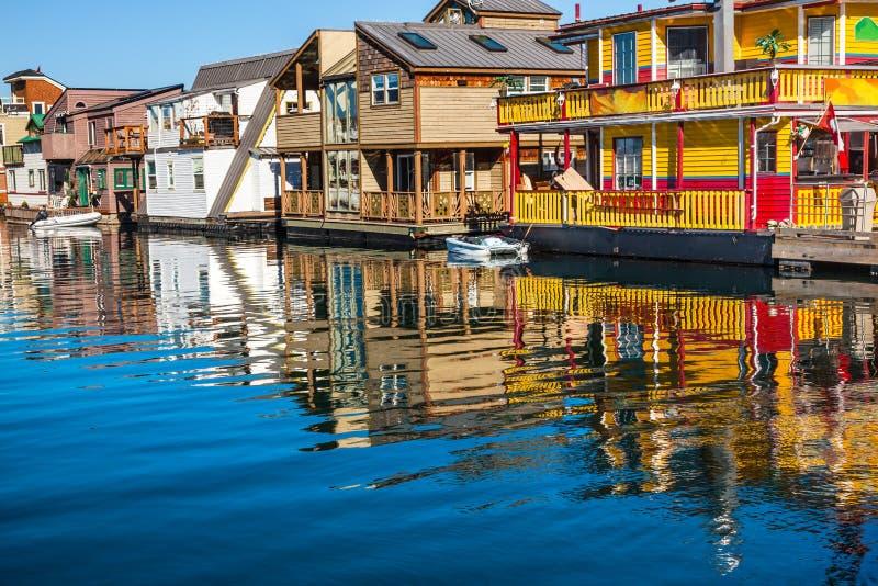 Port intérieur de flottement Victoria Canada de bateaux-maison à la maison de village image stock