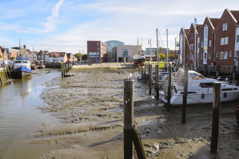 Port intérieur de Husum à marée basse avec la cale et les bateaux sur le mudf photographie stock
