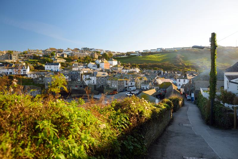 Port Isaac, ett litet och pittoreskt fiskeläge på den atlantiska kusten av norr Cornwall, England, Förenade kungariket som är ber royaltyfria bilder