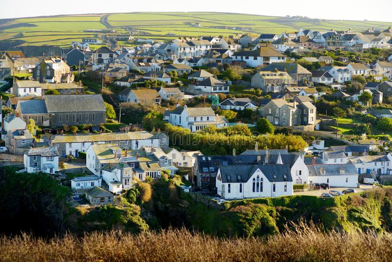 Port Isaac, ett litet och pittoreskt fiskeläge på den atlantiska kusten av norr Cornwall, England, Förenade kungariket som är ber arkivfoton
