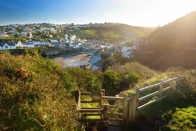 Port Isaac, ett litet och pittoreskt fiskeläge på den atlantiska kusten av norr Cornwall, England, Förenade kungariket som är ber arkivbild