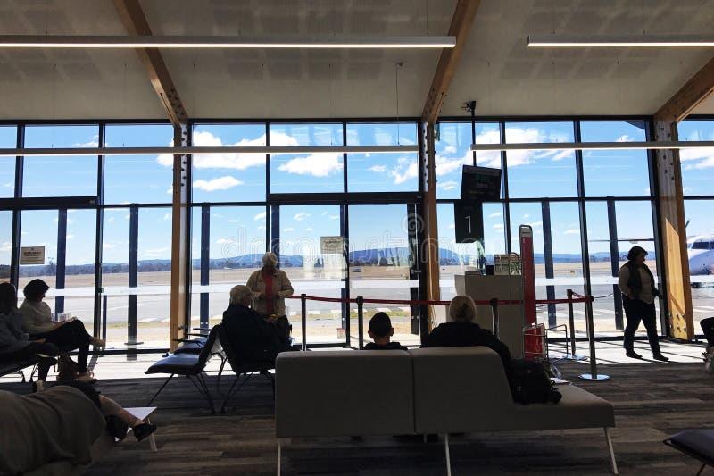 port lotniczy pasażerów wyjścia holów czekać Para, sprawdza obrazy royalty free
