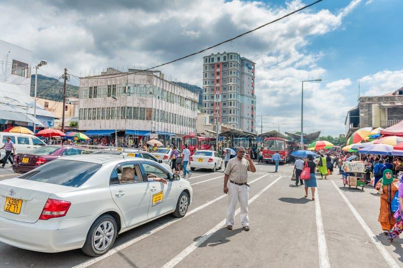 PORT-LOUIS, ÎLES MAURICE - 1ER OCTOBRE 2015 : Car Station d'autobus à Port-Louis, Îles Maurice Les conducteurs de Tai attendent l images stock