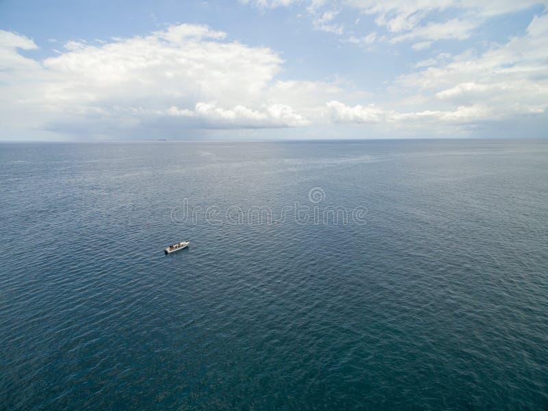 PORT LOUIS MAURITIUS - OKTOBER 04, 2015: Ensamt fartyg i Indiska oceanen Nästan Mauritius Coast arkivbilder