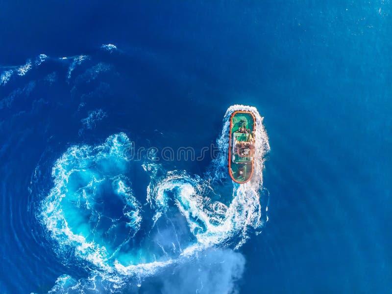 Port maritime bleu de remorqueur Vue sup?rieure a?rienne photos stock
