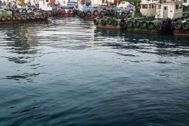 Port maritime complètement d'accoupler les bateaux de pêche rouillés avec de l'eau foncé images libres de droits