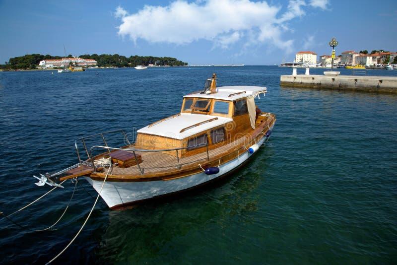 Port maritime dans la ville de Porec images libres de droits