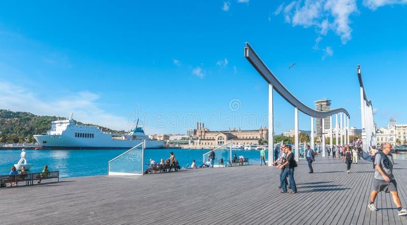 Port mitten för Vell marinashopping i Barcelona, Spanien Folket kopplar av, medan andra är på gå arkivbilder