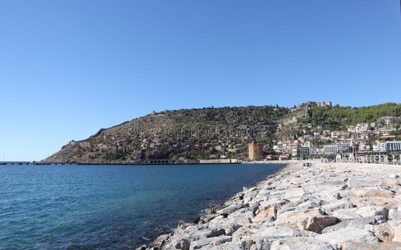 Port morski Alanya, duże skały na brzeg, góra z fortecą fotografia stock