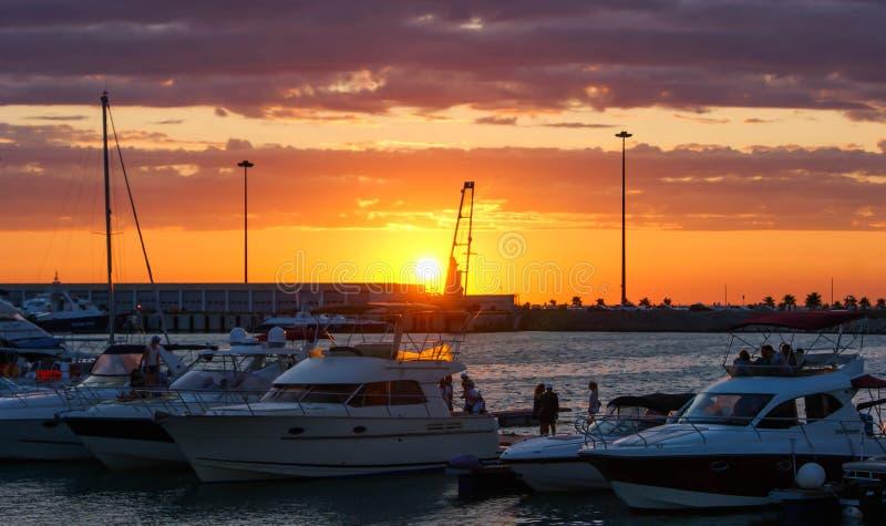 port morski z jachtów jachtami przy zmierzchem zdjęcie stock