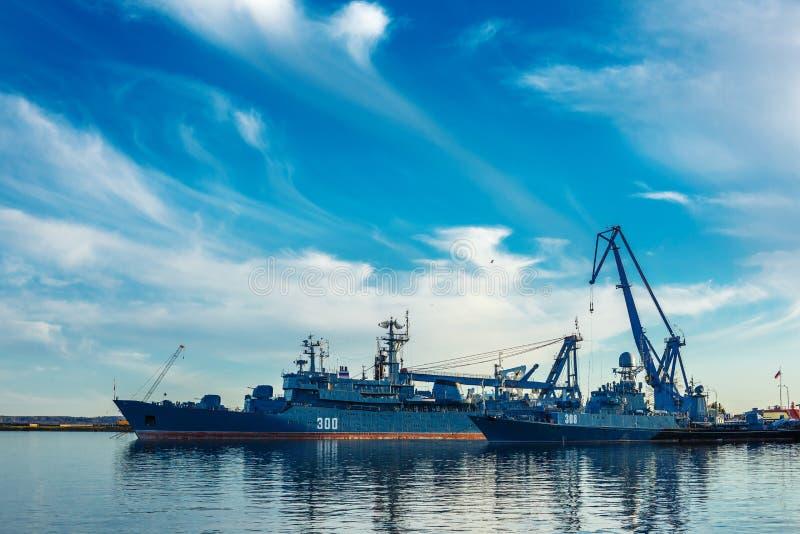Port morski z statkami, Rosja Czerwiec 2018 Kronstadt obraz royalty free