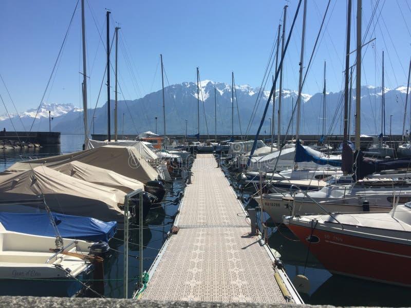 Port och berg royaltyfri bild