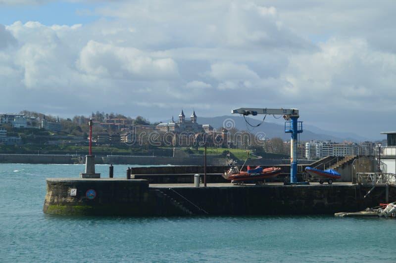Port och Lonja av San Sebastian In The Background You kan se en härlig slott Arkitekturloppnatur arkivbild