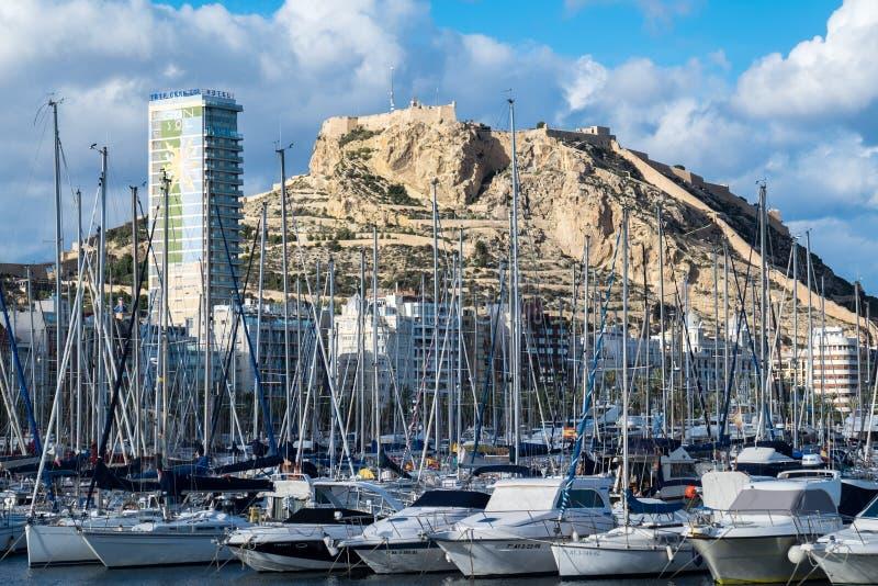Port- och Santa Barbara fästning i den Alicante staden; Spanien royaltyfri bild
