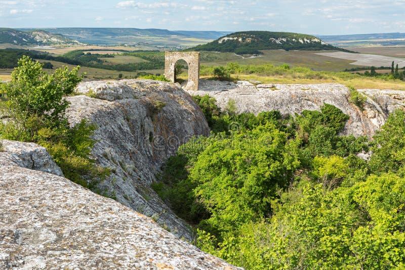 Port på den Tapshan platån av grottastaden i den Cherkez-Kermen dalen, Krim royaltyfri bild