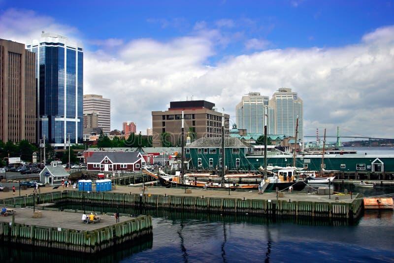 Port par la ville photo stock