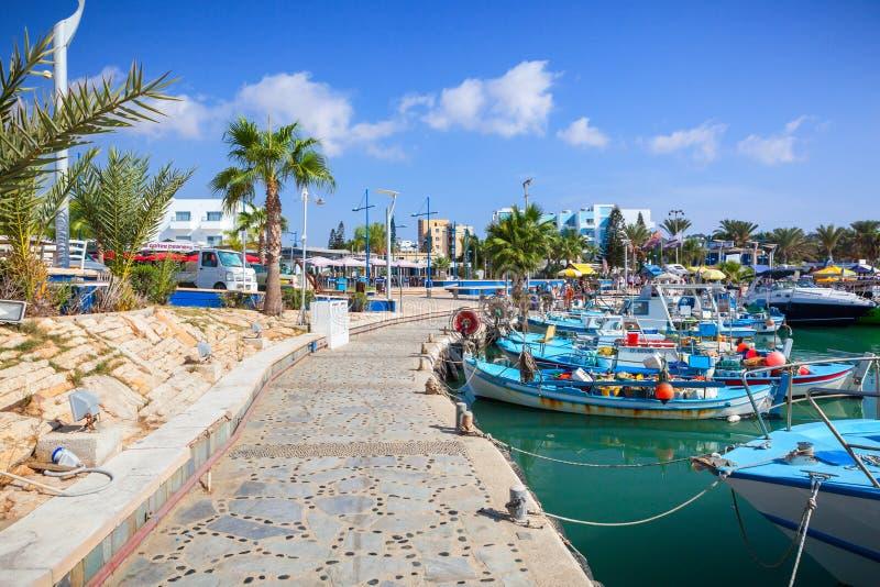 Port près d'Ayia Napa Bateaux, paumes et touristes de pêche photographie stock libre de droits