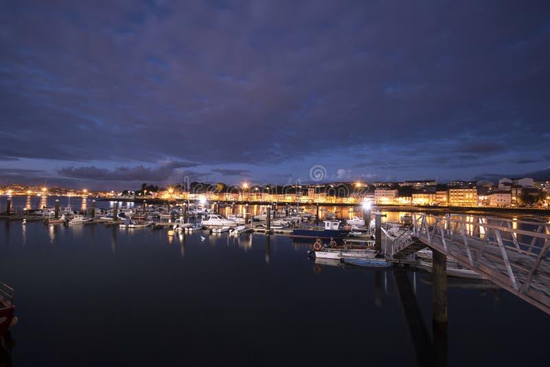 Port przy nigth pełno łodzie zdjęcia royalty free