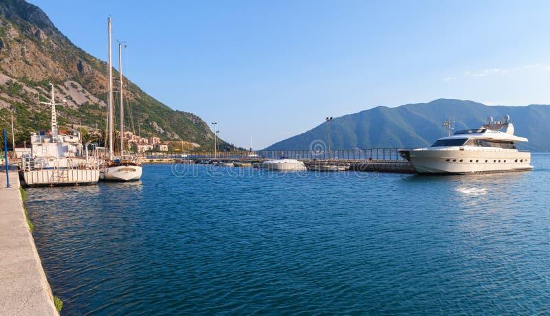 Port Risan miasteczko, Kotor zatoka zdjęcia stock