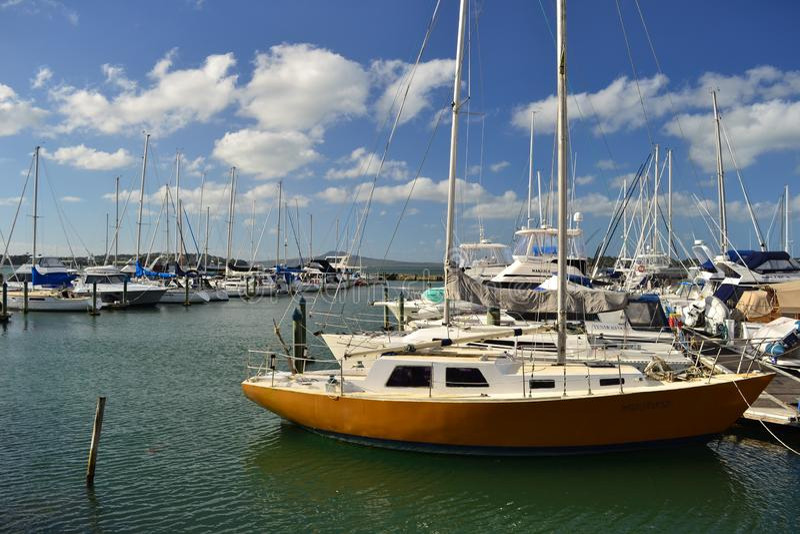Port romantique avec des yachts et des bateaux, ville d'Auckland, Nouvelle-Zélande images stock