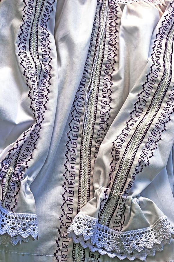 Port roumain traditionnel des vêtements femelles images stock