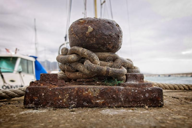 Port som förtöjer med kedjor av ett skepp royaltyfri fotografi