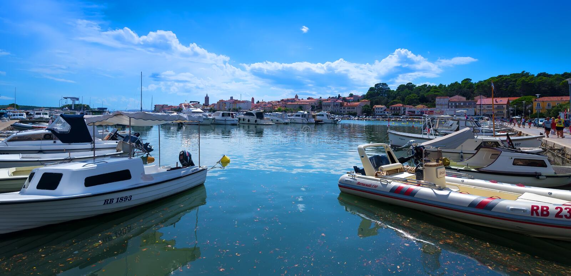 Port sur la côte croate photos stock