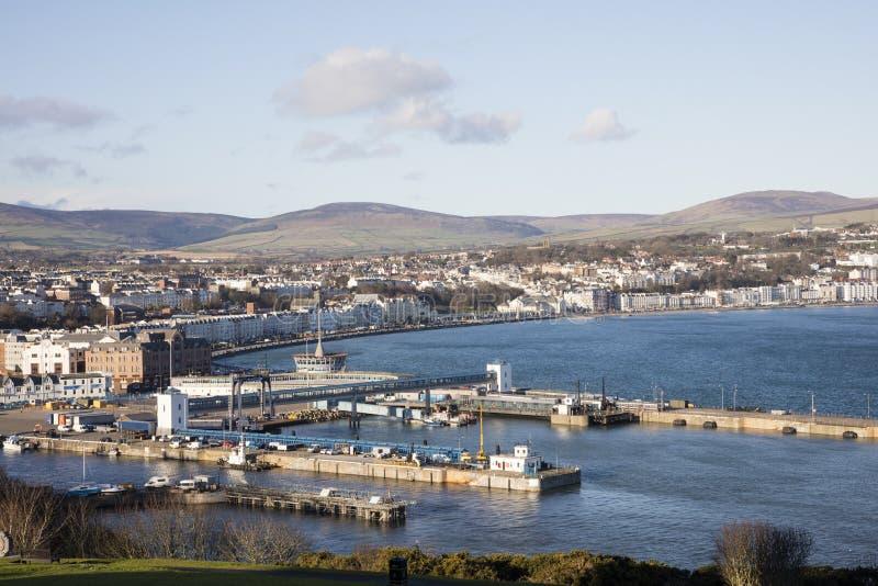 Port, terminal du ferry et ville de Douglas Isle de l'homme images stock