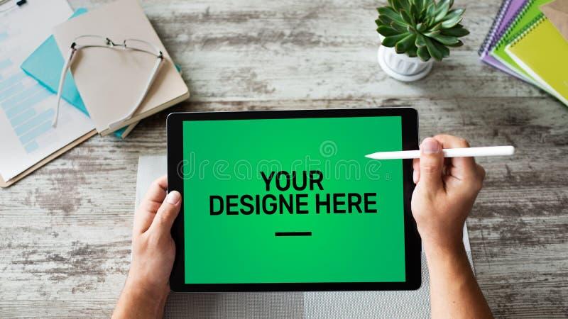 Port?til, caderno, tela do modelo do PC da tabuleta com fundo chave do croma verde e texto seu do projeto espa?o vazio da c?pia a fotografia de stock