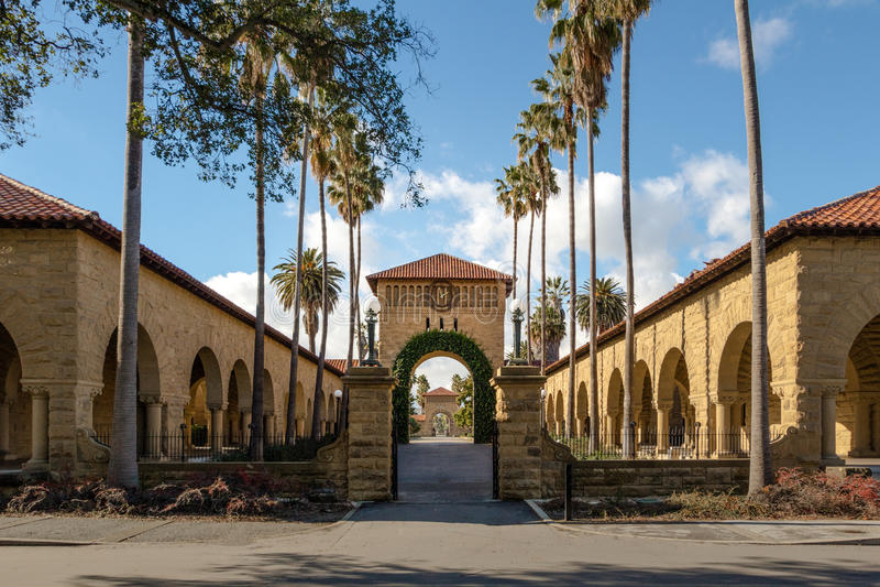 Port till den huvudsakliga kvadraten på Stanford University Campus - Palo Alto, Kalifornien, USA royaltyfria bilder