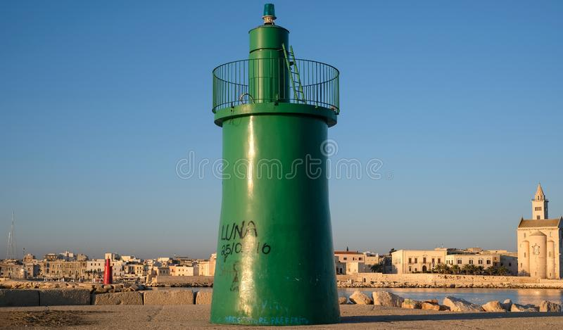 Port Trani, historyczny miasteczko w Puglia, Południowy Włochy, pokazuje dwa zielonego i czerwonego góruje przy wejściem zdjęcie royalty free