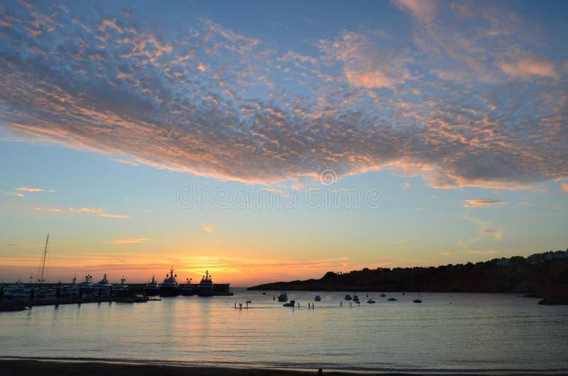 Port tranquille dans le coucher du soleil avec les cieux renversants images stock