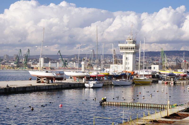 Port Varna avec des yachts, Bulgarie photographie stock
